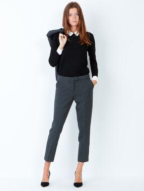 Pantalon de tailleur gris.