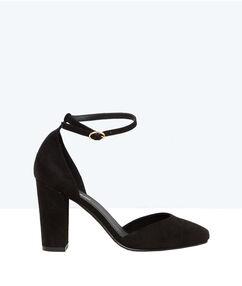 Escarpins en suédine noir.