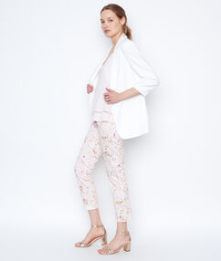Pantalon slim à fleurs rose.