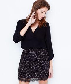 Falda con estampado a lunares y encaje negro.