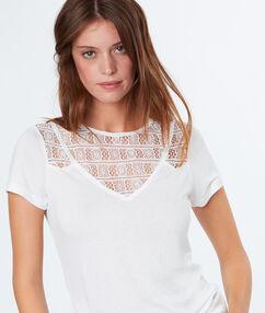 T-shirt décolleté ajouré blanc.