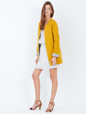 Veste à col rond et doublure contrastante moutarde.