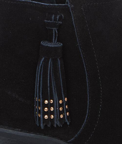 Bottines à petit talon en croûte de cuir, détail pompon
