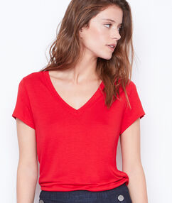 T-shirt col v rouge.