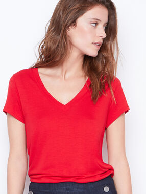 V-neck t-shirt red.