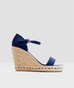 Sandales à talon compensé bleu.