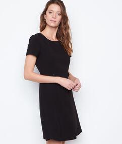 Vestido con botones laterales negro.