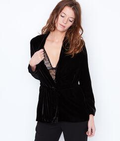 Veste ceinturée en velours noir.