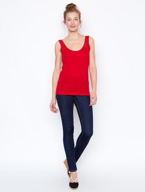 Sleeveless top red.