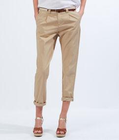 Pantalon chino en coton avec ceinture sable.