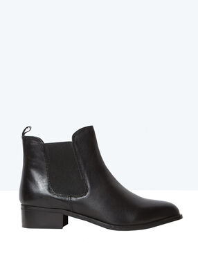 Leather chelsea boots black.