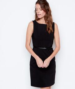 Vestido tipo cóctel negro.
