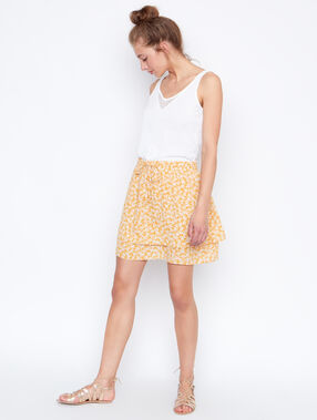 Flowing skirt yellow.