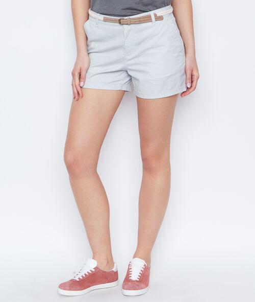 Pantalón corto con cinturón estampado a rayas
