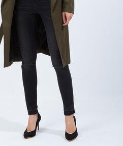 Escarpins effet daim, détail doré noir.