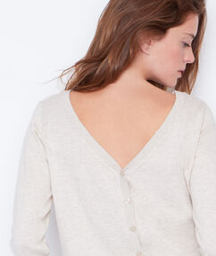Pull col rond, boutonnage au dos beige clair.
