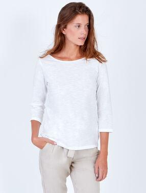Camiseta manga 3/4 cuello barco con hilo brillante blanco.