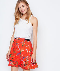 Flowing skirt red.