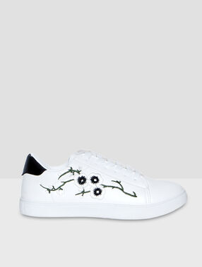 Sneakers with flower embroideries white.