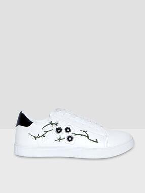 Baskets broderies fleurs blanc.