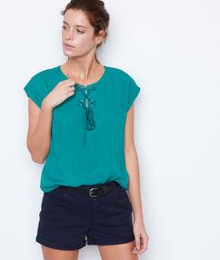 Pantalón corto con bordados azul marino.