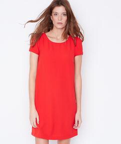 Robe à manches courtes rouge.