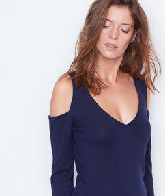 Camiseta manga larga hombros al descubierto azul marino.