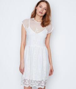Vestido estilo evasé de encaje blanco.