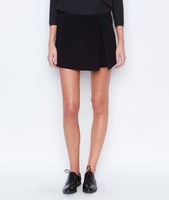 Falda pantalón corto negro.