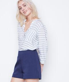 Pantalón corto liso azul marino.