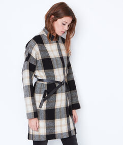 Manteau sans col  ceinturé noir.