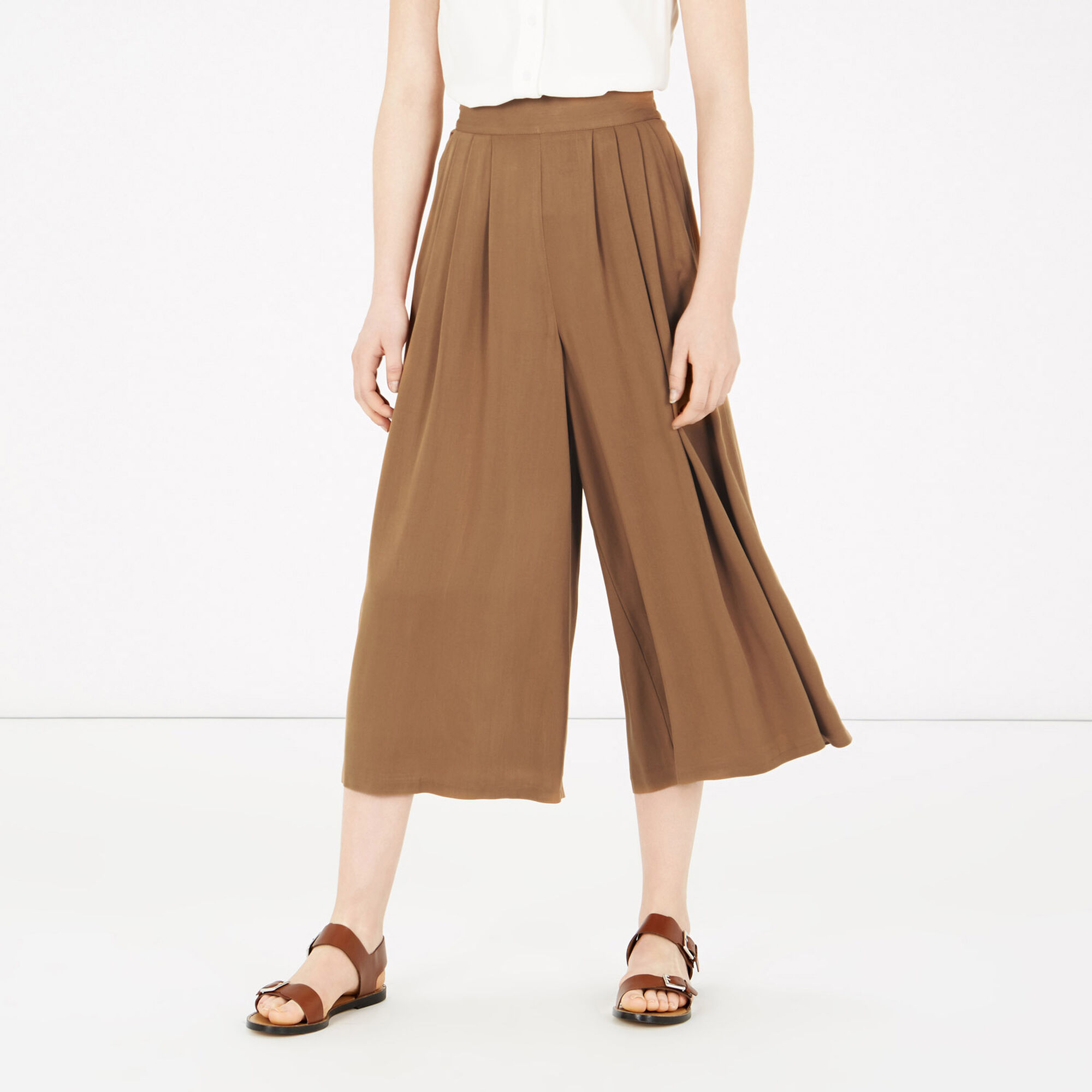Discover our range of culottes at ASOS. Shop the variety of styles and colours, from denim to cropped and long culottes, to floral and striped prints.