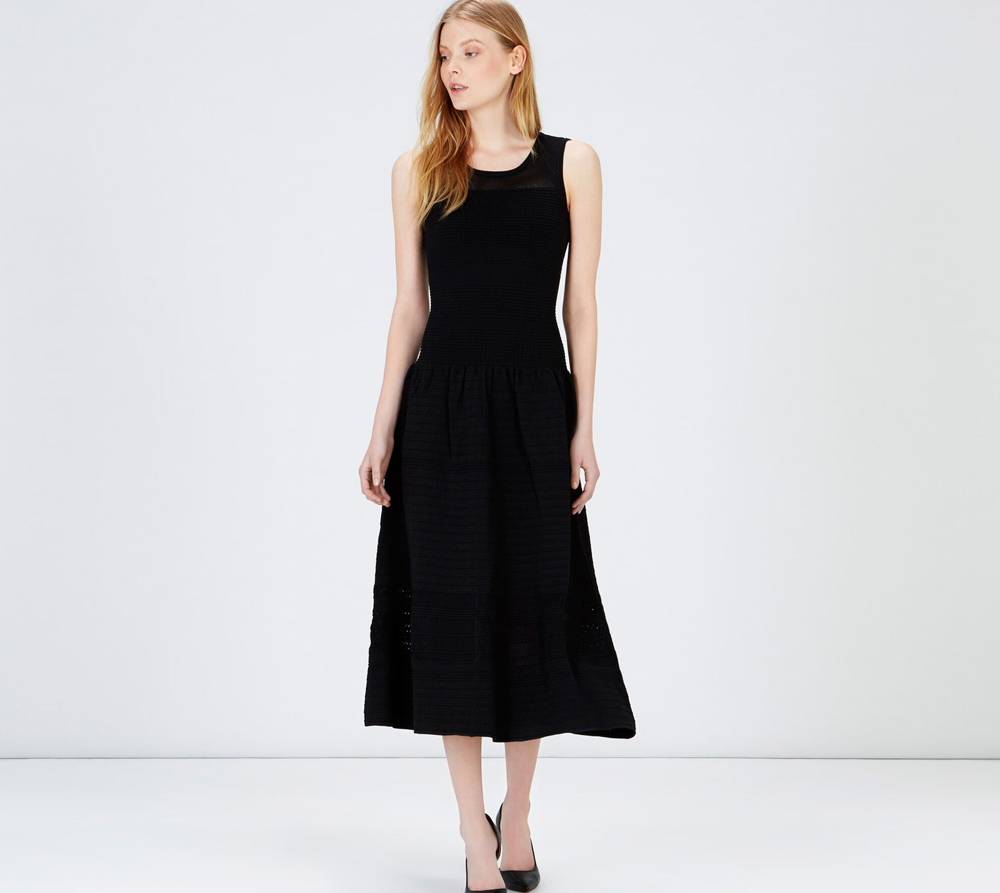 Knitted dresses are versatile pieces that adapt to every woman's style. Discover classic fit, long or oversized sweater dresses in plain colours or with trendy prints and applique details.