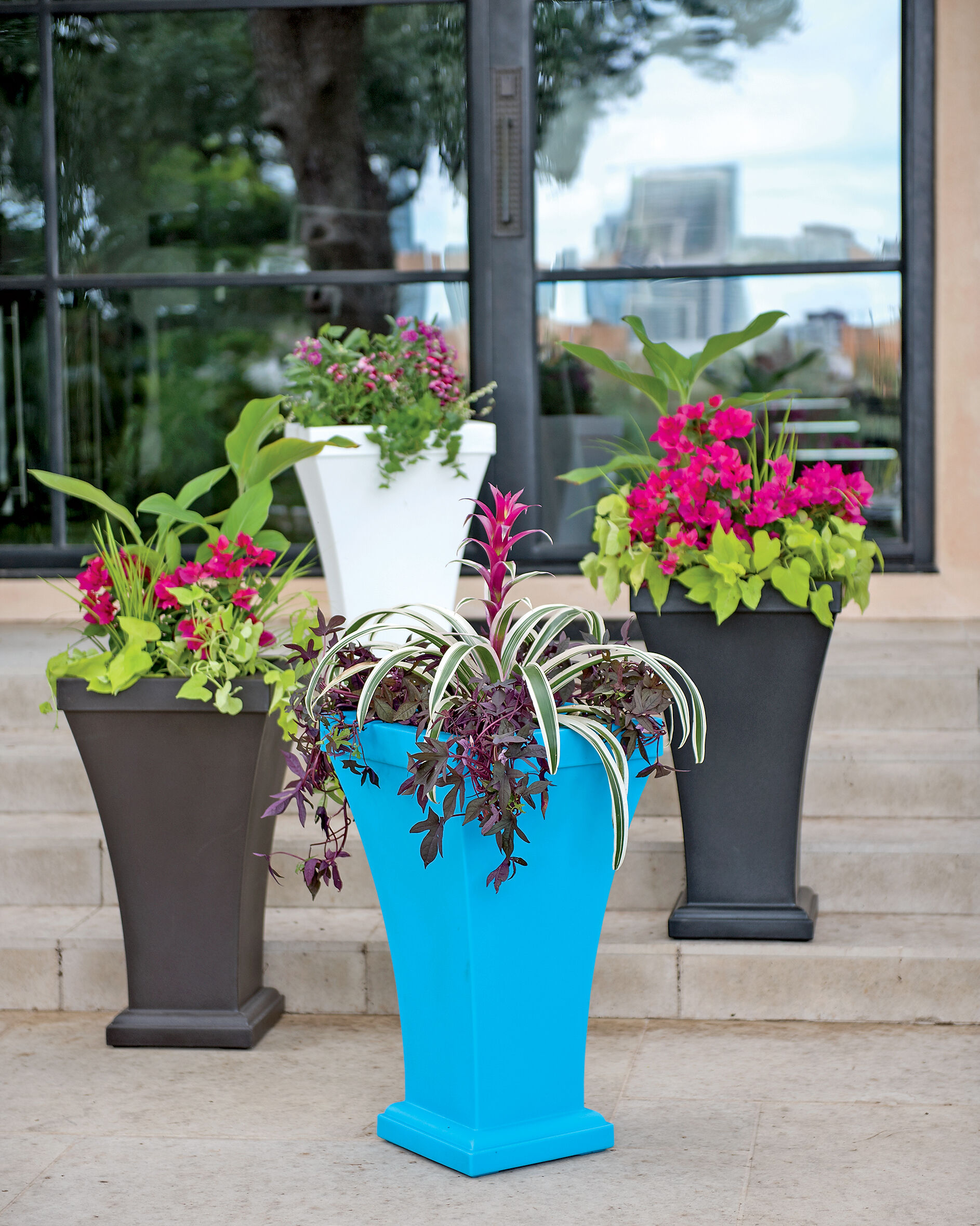 Self watering planters flower pots containers for Gardeners supply planters