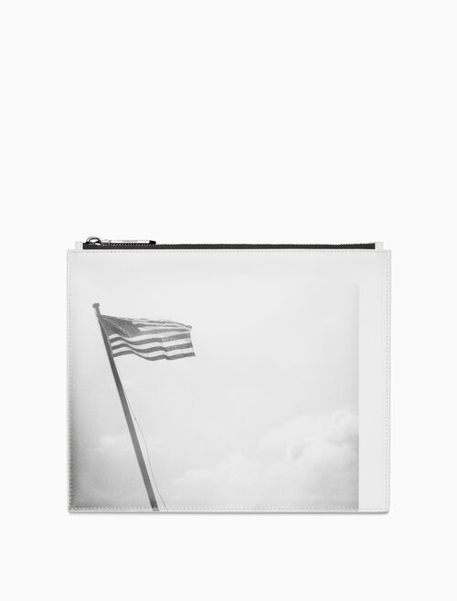 CALVIN KLEIN 송아지 가죽 소재의 아메리칸 플래그 미디엄 파우치