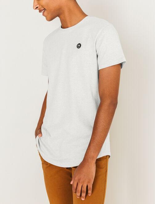 T-shirt matière fantaisie et petit badge poitrine homme