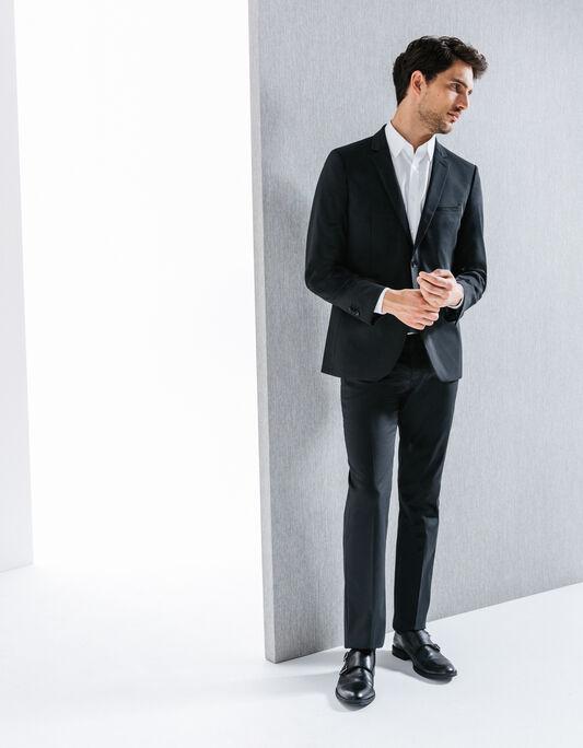 Costume noir, matière technique relefiée
