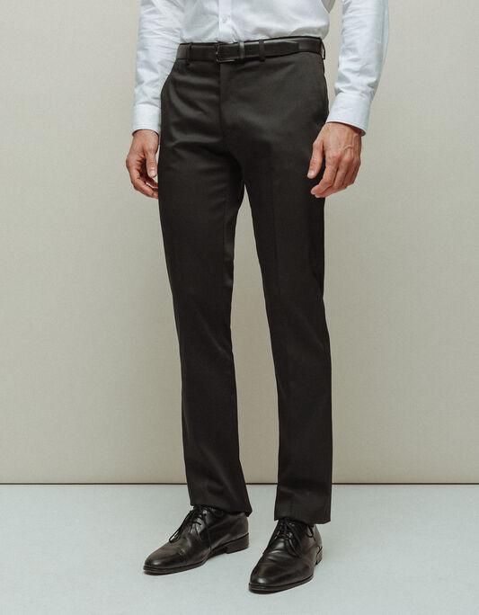 Pantalon de ville ajusté uni. LH. Tournez-vous vers un costume homme sobre, de couleur unie, pour éviter les fautes de goût. Les vêtements imprimés en micro-motifs, pour leur part, affichent un style minimaliste. Portez-les avec une cravate ou un nœud papillon de .