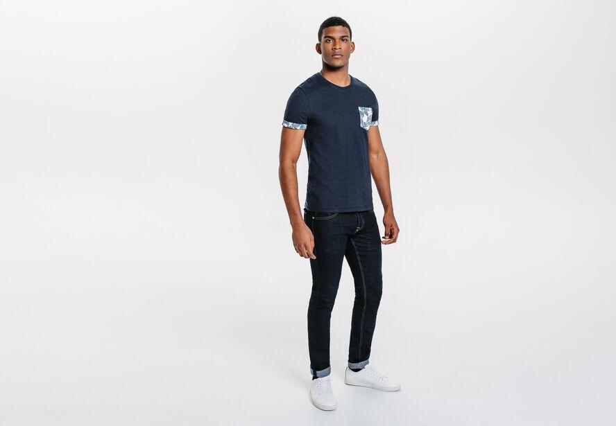 Tee shirt poche et revers imprimé géométrique