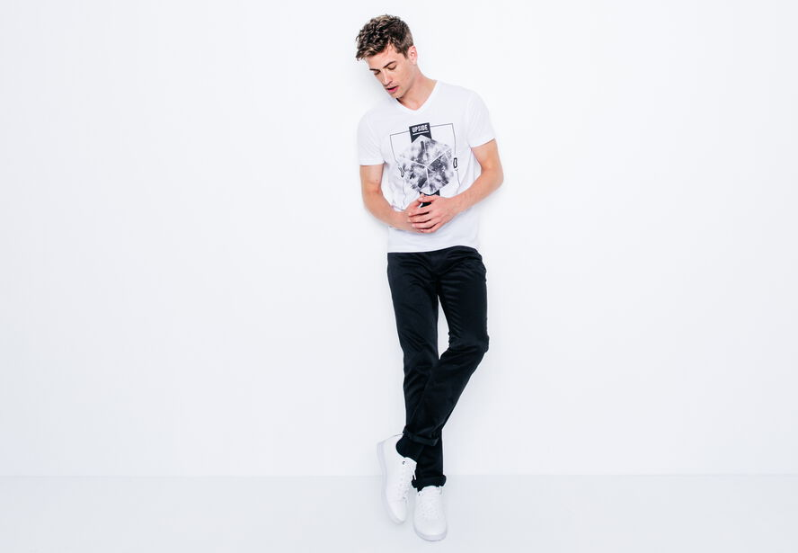 "T-shirt col V imprimé ""Upside Down"""