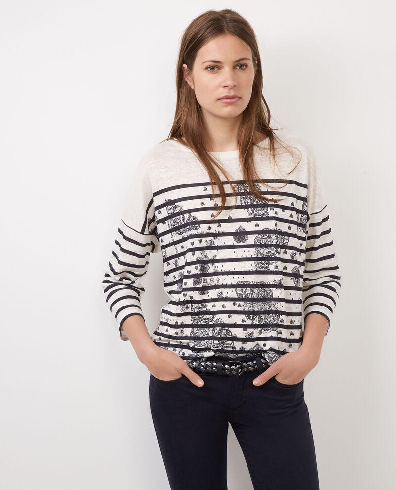 Camiseta con rayas marineras en azul y blanca. Lleva detalle de ancha en color rojo.