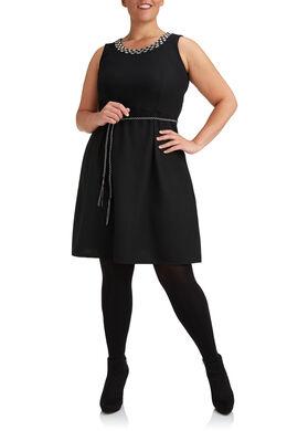 Uitlopende jurk, juweel aan de hals, Zwart