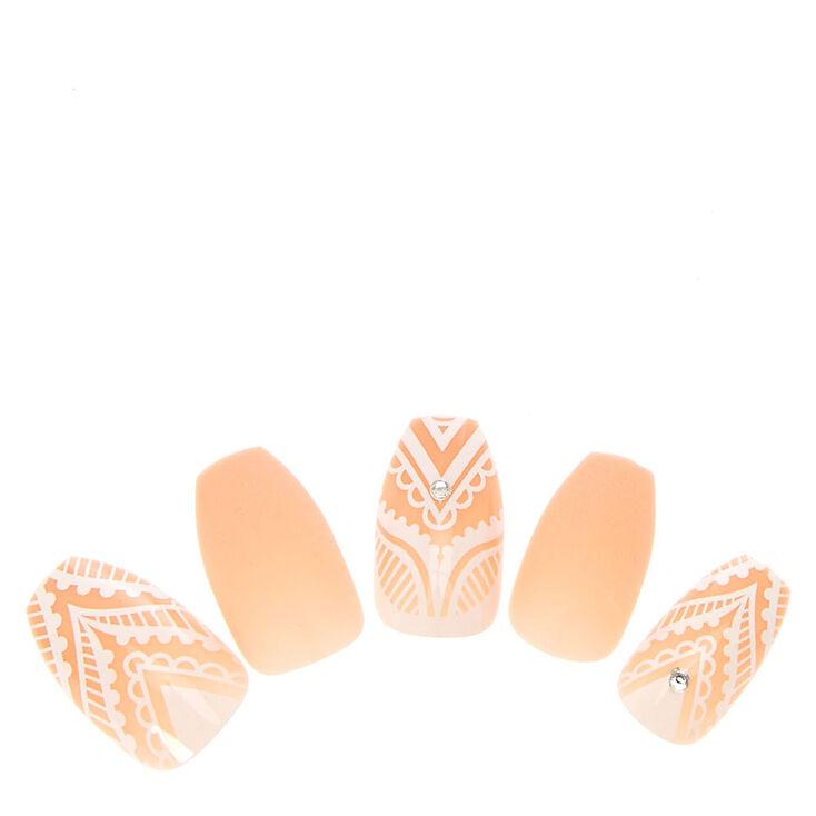 faux ongles blancs et beige avec motifs dentelle claire 39 s fr. Black Bedroom Furniture Sets. Home Design Ideas