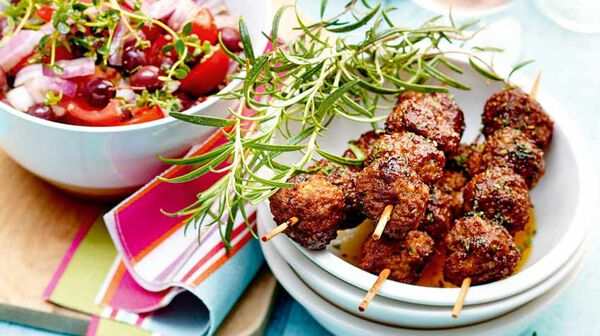 recette brochettes de kefta la menthe et salade de tomates aux oignons rouges recettes cap. Black Bedroom Furniture Sets. Home Design Ideas