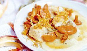 Noix de Saint-Jacques au beurre de pamplemousse, purée de panais et girolles