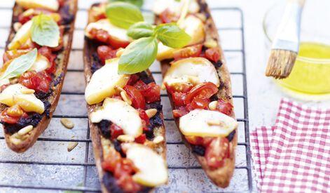 Bruschetta à la tapenade, tomates, scamorza fumée et basilic