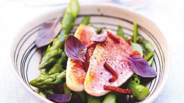Rouget-barbet grillé et ses pointes d 'asperges, méli-mélo de salade au chorizo croustillant