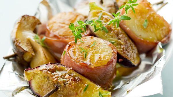 Brochettes de Saint-Jacques au jambon italien, cèpe ou figue