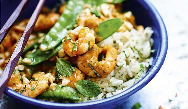 Crevettes sauce curry penang et riz cuisiné