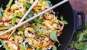 Riz sauté aux légumes, crevettes et basilic thaï